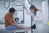 Giovane medico con il paziente, preparare una radiografia — Foto stock