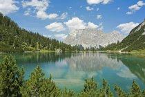 Austria, Tirol, Ehrwald, Seebensee con montañas Wetterstein durante el día - foto de stock