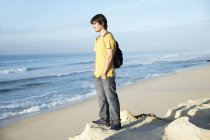 Man standing at the coast looking on the ocean — Stock Photo
