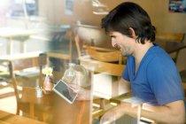 Людина в кафе, використовуючи цифровий планшетний — стокове фото