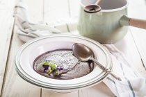 Плита шоколадный пудинг, съедобные цветы — стоковое фото