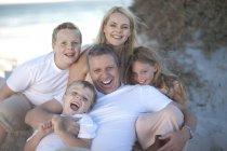 Kaukasische Familienglück gemeinsam an einem Strand — Stockfoto