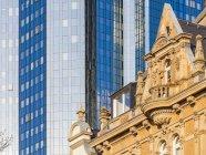 Deutschland, Hessen, Frankfurt, Blick zum Altbau vor der modernen Bürogebäude — Stockfoto