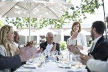 Бізнесмени, відзначати досягнення в ресторані — стокове фото