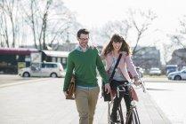 Bon couple rentrant à la maison ensemble, femme à vélo — Photo de stock
