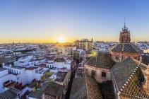 Іспанії, в Андалусії Севілья, міський пейзаж з церквою Санта-Марія Магдалена в Вечерние — стокове фото