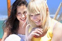 Две смеющиеся девушки на паруснике — стоковое фото