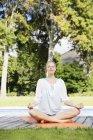 Білявка практикуючих йогу — стокове фото