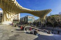 Spanien, Andalusien, Sevilla, Metropol Parasol und Menschen sitzen auf der Treppe — Stockfoto