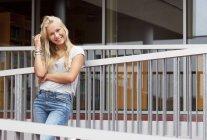 Portrait d'adolescente blonde souriante en plein air — Photo de stock
