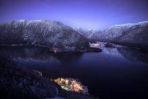 Nachtansicht von Hallstatt und See mit den Bergen der Dachstein im Salzkammergut, Österreich — Stockfoto