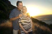 Ritratto di felice coppia di anziani al tramonto — Foto stock