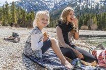 Österreich, Tirol, See-Plansee, Mutter und Tochter ruht am Seeufer — Stockfoto