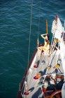 Giovane donna sul ponte di una nave a vela — Foto stock