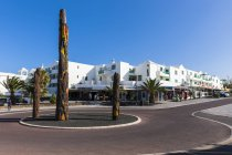 Spain, Canary Islands, Lanzarote, Costa Teguise, Los Ancones, Plaza de Tenerife with palm trees — Stock Photo