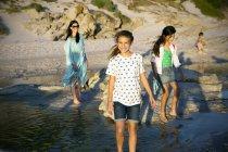Glückliche Familie, die Spaß am Strand — Stockfoto