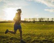 Молодой человек, бегом в луг — стоковое фото