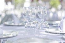 Verres à vin sur la table du restaurant extérieur — Photo de stock