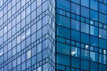 Стеклянный фасад современного офисного здания в Мюнхене — стоковое фото
