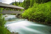 Alemanha, Bavaria, Allgaeu, vale de Stillach, perto de Oberstdorf, Stillach rio e ponte coberta — Fotografia de Stock