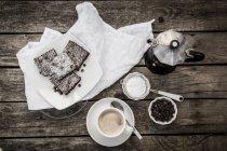 Kaffee und Brownies auf Holzoberfläche — Stockfoto