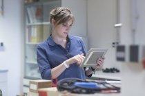 Techniker im Workshop mit digital-Tablette — Stockfoto