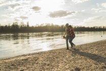 Щасливі молода пара ходьба в Ріверсайд — стокове фото