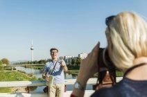 Couple senior Allemagne, Mannheim, ville pause, prendre des photos — Photo de stock