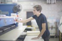 Technicien en usine fixation Remarque sur machine — Photo de stock