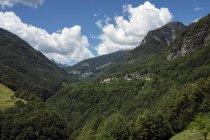 Suisse, Tessin, vue sur la Valle Onsernone avec Isorno canyon, villages de montagne Russo et Comologno — Photo de stock