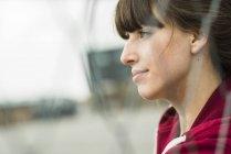 Ritratto di una giovane donna pensante all'aperto — Foto stock