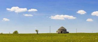 Южная Италия, камень хате и голубое небо в дневное время — стоковое фото
