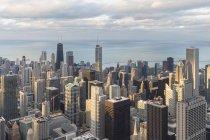 Vista desde la torre Willis sobre Chicago durante el día, Chicago, Illinois, EE.UU. - foto de stock