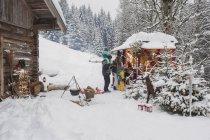Diritta della famiglia Austria, Altenmarkt, nel mercatino di Natale in montagna — Foto stock