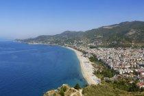 Turquia, Alanya, vista da praia de Cleópatra e castelo em fundo — Fotografia de Stock