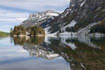 Швейцария, вид озера Seealpsee в Альпштайн горах — стоковое фото