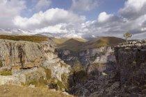 Испания, Пиренеи, Национальный парк Ордеса и Монте Пердидо, Canon де Anisclo с Sestrales Aloto и Бахо под облаками — стоковое фото