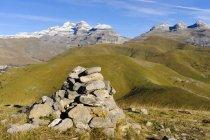 Spagna, Aragon, Pirenei centrali, Canon de Anisclo, Parco nazionale di Ordesa y Monte Perdida, cairn e Las Tres Marias in background — Foto stock
