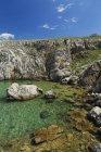Croazia, Krk, costa rocciosa a Silo durante il giorno — Foto stock