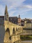 Alemanha, Bavaria, Regensburg, vista da Catedral de Regensburg e pedra ponte — Fotografia de Stock