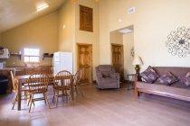 Интерьер столовой в загородном фермерском доме — стоковое фото