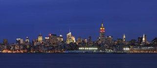 США, Нью-Йорк штату Нью-Йорк, вид з нижнього Манхеттена освітленій вночі з річки Гудзон — стокове фото