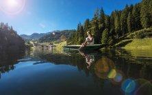Austria, Salisburghese, Altenmarkt-Zauchensee, donna che si siede in una barca — Foto stock