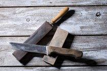 Ножем, жорна та шкіряні строп — стокове фото