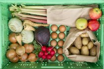 Varietà di verdure in cassa, primi piani — Foto stock
