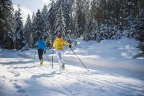 Autriche, pays de Salzbourg, Altenmarkt-Zauchensee, ski de fond jeune couple — Photo de stock