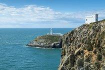 Vista panoramica della costa scogliera di South stack con faro, Isola Santa, Anglesey, Galles, Regno Unito — Foto stock
