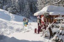 Família de Austria, Altenmarkt, andando no mercado de Natal — Fotografia de Stock