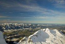 Германия, Бавария, Альгау, Альпы Альгау, Панорама от Nebelhorn Rubihorn и Illertal с деревне Фишен — стоковое фото