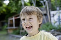 Портрет смеющегося мальчика на детской площадке — стоковое фото